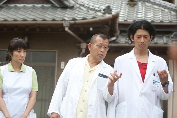 主演は笑福亭鶴瓶。「その嘘は、罪ですか。」がキャッチコピーだった『ディア・ドクター』(09)