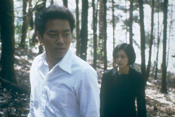 宮迫博之演じる放蕩息子が家に戻ったことをきっかけに、家族の崩壊と再生を描く『蛇イチゴ』(03)