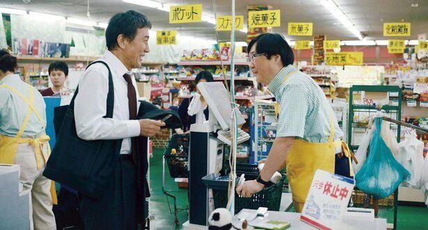 スーパーマーケットの店長の松本(六角精児)は三上に社会復帰のためのアドバイスを与える