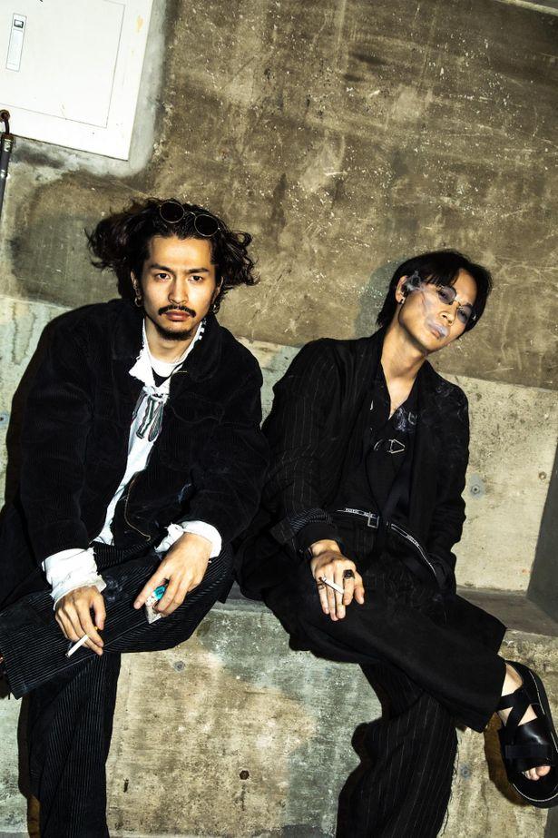 【写真を見る】「剛ちゃん」「大希」と呼び合う、リラックスムードの綾野剛と常田大希撮り下ろし