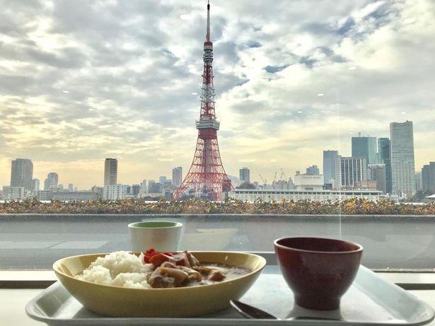 【写真を見る】東京タワーを臨む絶景が堪能できる港区役所11階の「レストランポート」からの景色
