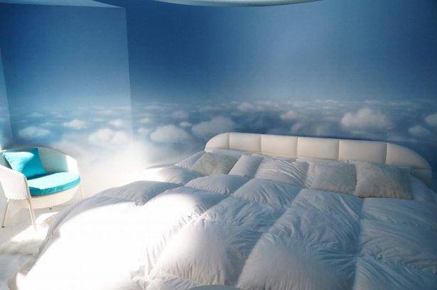 四方が青空の壁紙で彩られた碧の寝室「ねるへや」