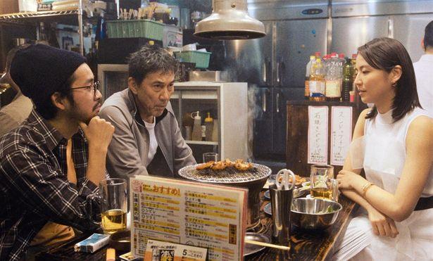 三上にすり寄る、仲野太賀と長澤まさみ演じるテレビマン