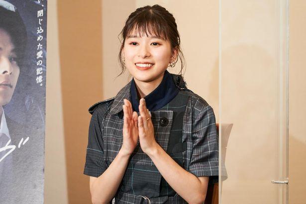 """【写真を見る】芳根京子、現場での意外な""""ある一面""""を指摘され、照れ笑い!"""