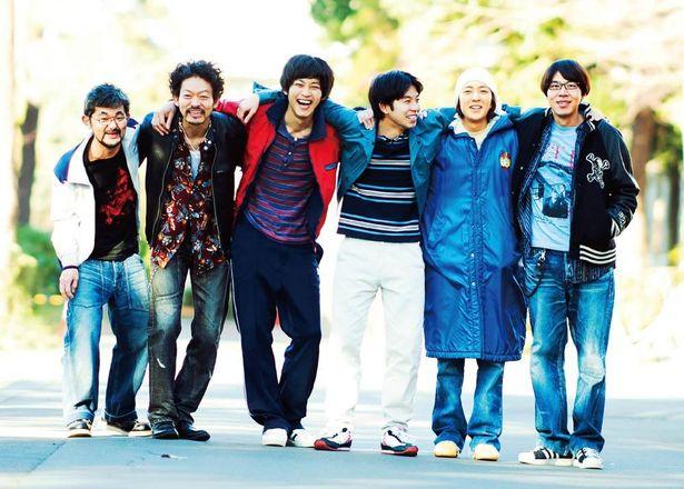 「恋愛研究会。」なるバンドを結成し、名曲「恋ING」を熱唱する