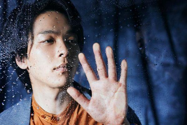 撮影中、ガラスに息を吹きかけたりと遊ぶ中村倫也。未掲載ショットを独占公開!