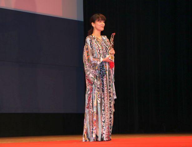 【写真を見る】女優主演賞には『喜劇 愛妻物語』の水川あさみが輝いた。華やかなシフォンドレスで登場!