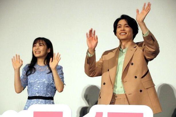 【写真を見る】無邪気な笑顔で手を振る松村北斗と森七菜