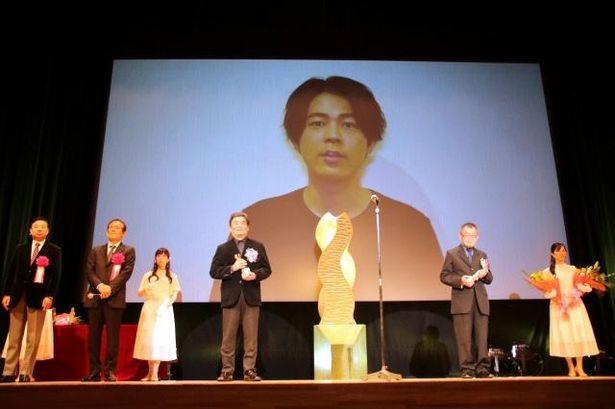 【写真を見る】『カツベン!』で主演を務めた成田凌からスタッフ陣への祝福メッセージが!