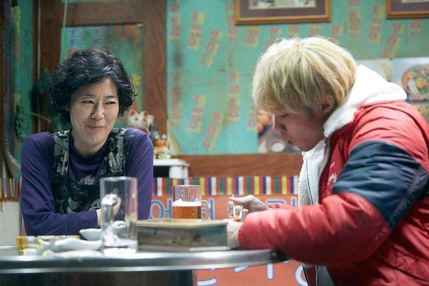 寺島しのぶが演じる愛子との親子愛も、作品の大きな魅力だ