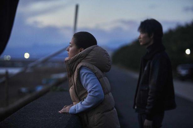 尾野真千子演じる由香と出会い、荒んでいた山本(綾野剛)は愛を知っていく