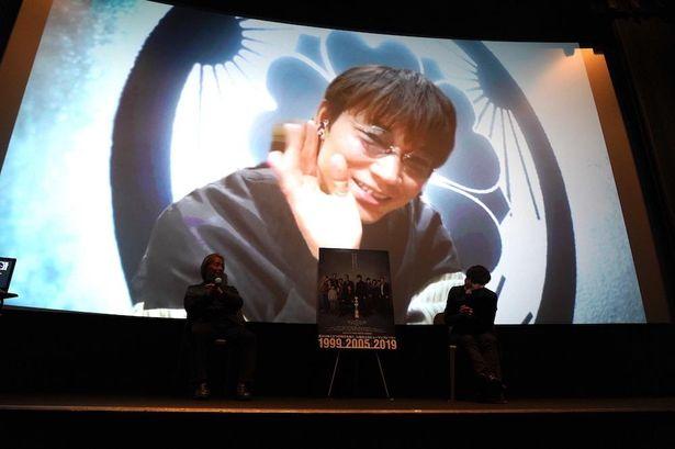 【写真を見る】手を振る綾野剛…リモートでのサプライズ登壇に、会場は大きな拍手に包まれた