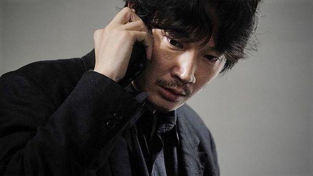 綾野演じる犬養は優秀な刑事だが、時折感情的になり暴走する