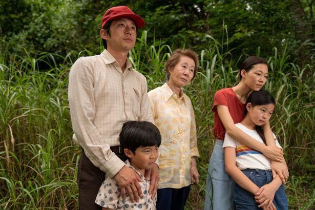 【写真を見る】アメリカ南部に越してきた韓国人移民一家がひたむきに生きる姿を描く(『ミナリ』)