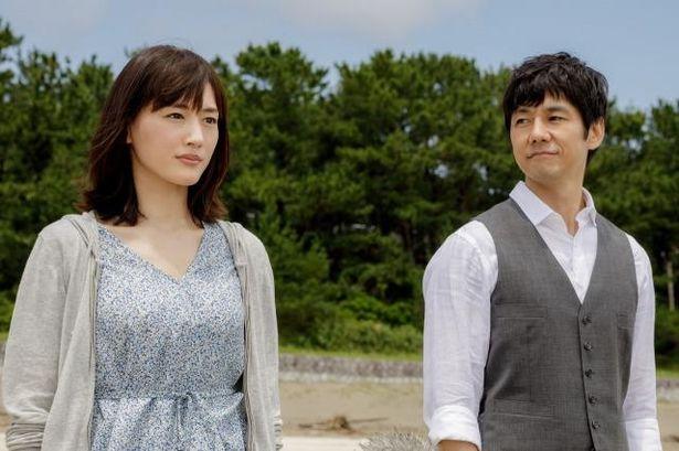 元特殊工作員の菜美(綾瀬はるか)と公安エリートの勇輝(西島秀俊)という異色の夫婦