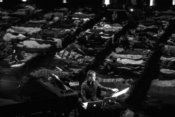 リヒターやミュージシャンたちは、休憩をとりつつも8時間演奏し続ける
