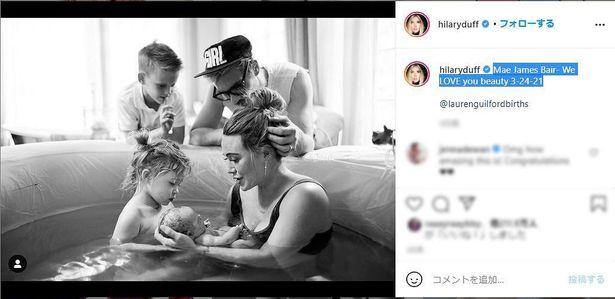 【写真を見る】幸せあふれる家族写真を公開!第3子は水中で出産?