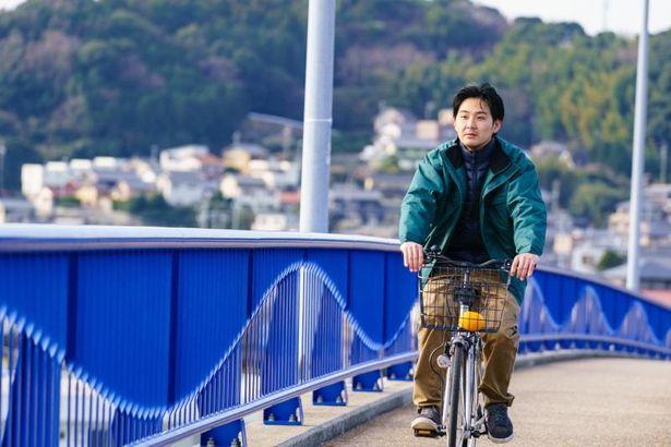 ママチャリでただ南を目指していく青年(松田龍平)