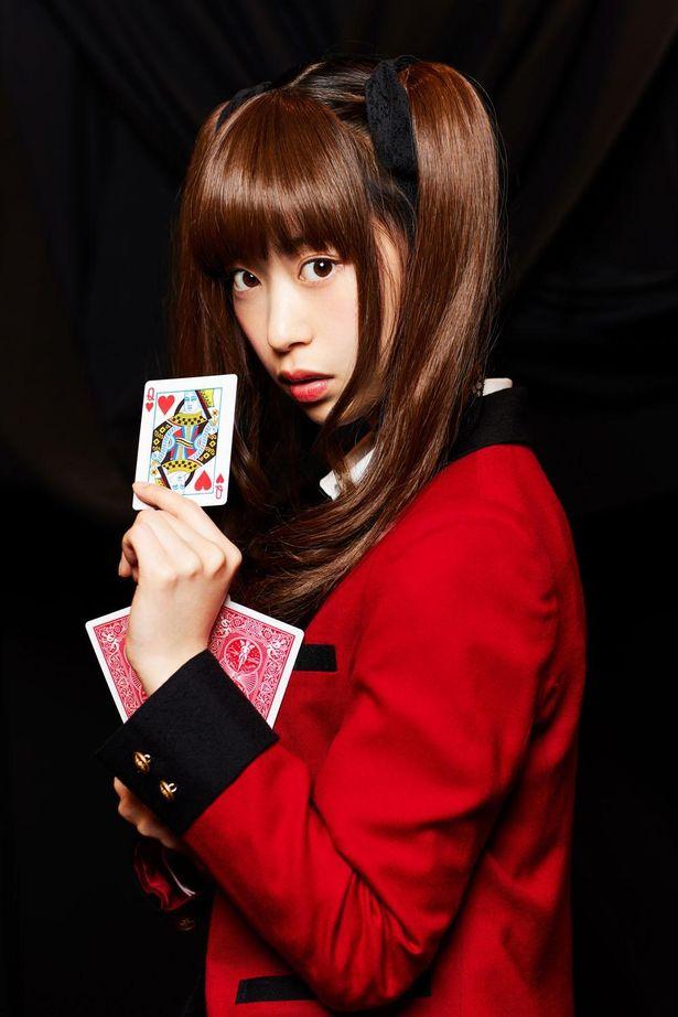 【写真を見る】森川葵、役衣装で「賭ケグルイ」ワンシーンさながらの撮り下ろしショット