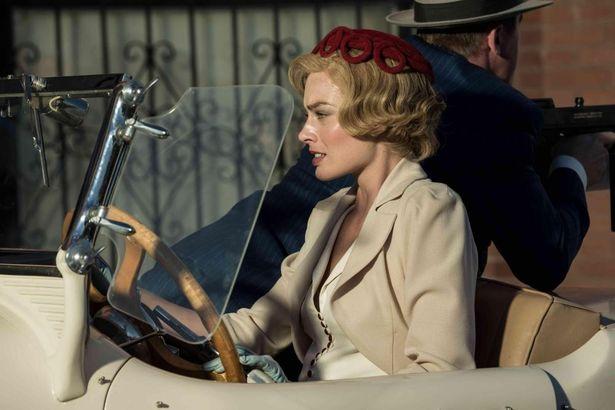 マーゴットはクラシカルな衣装に身を包んだ魅力的な強盗犯アリソンを演じている(『ドリームランド』)