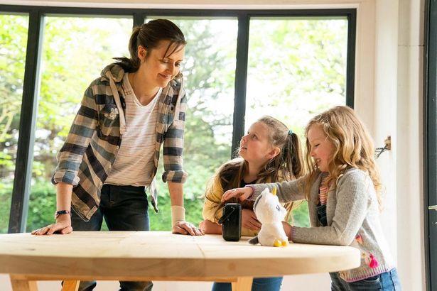 『サンドラの小さな家』は、2人の娘を育てるシングルマザーのサンドラが、自ら家を建てていくという物語