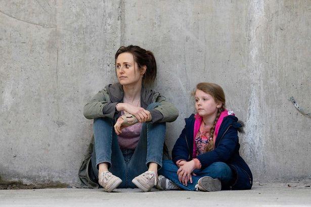ホームレスになった友人の話を聞いたクレアは、脚本に社会の制度への不信感を詰め込んでいる(『サンドラの小さな家』)