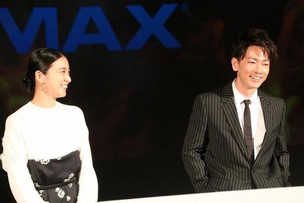 談笑する佐藤健と武井咲
