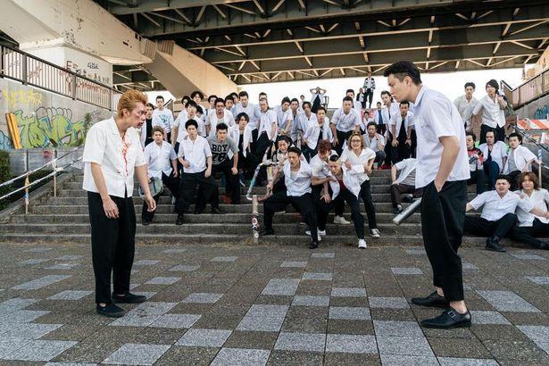 【写真を見る】不良軍団が集結?一触即発な雰囲気漂う『東京リベンジャーズ』撮影現場