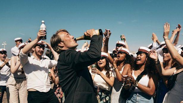 """【写真を見る】""""北欧の至宝""""ことマッツ・ミケルセンの最新作で、日常生活で「血中アルコール濃度0.05%」を維持しようとする男を演じる『アナザーラウンド』"""