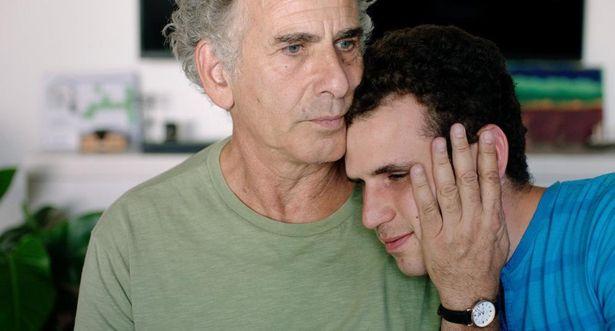 息子を全寮制の施設に入居させることになり、葛藤する父(『旅立つ息子へ』)