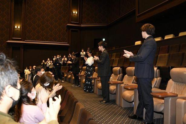 【写真を見る】スタンディングオベーションで迎えられた佐藤健、感無量のスピーチ!