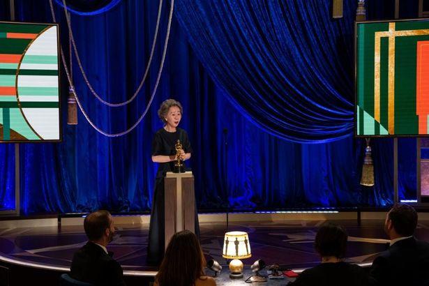 【写真を見る】授賞式で会場の笑いを誘うスピーチを披露したヨジョン