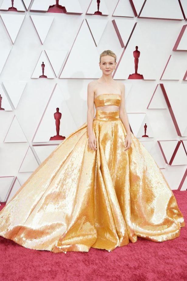 『プロミンシング・ヤング・ウーマン』で主演女優賞ノミネートのキャリー・マリガン。ゴールドのドレスがゴージャス