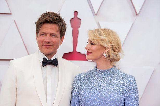 """【写真を見る】トマス・ヴィンターベア監督、""""プロジェクトの天使""""と称した妻とアカデミー賞のレッドカーペットを歩む"""