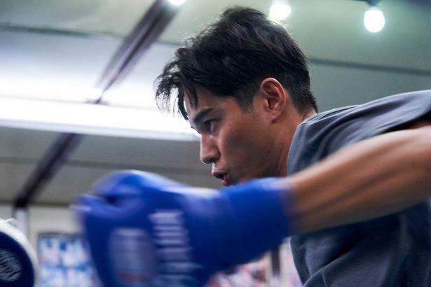 瓜田と同じジムに所属する小川は、抜群の才能とセンスを見せるチャンピオン目前のボクサー