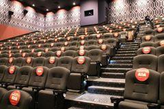 観客同士の間隔を離しての座席販売を実施していた劇場も(写真は2020年9月取材時の、TOHOシネマズ 立川立飛)