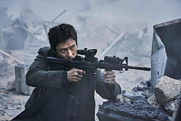 【写真を見る】イ・ビョンホンが極秘作戦の成否のカギを握る北の工作員役でアクション全開…!