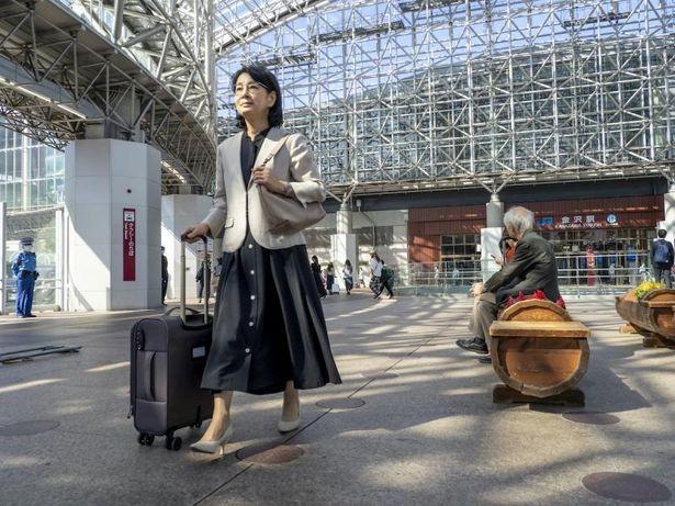 金沢駅に降り立つ咲和子(吉永小百合)