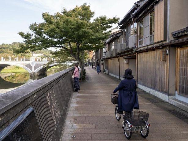 咲和子が自転車で診療に向かう浅野川大橋~鏡花のみち