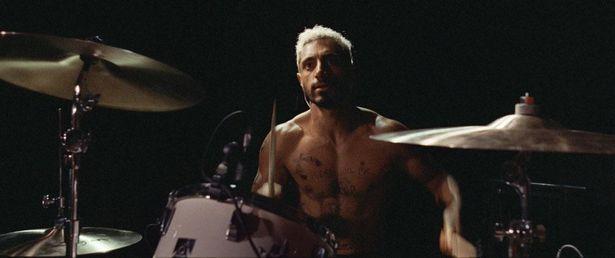 """【写真を見る】上裸にタトゥー姿のバンドマン…メタルドラマーの彼が""""聴こえなく""""なったらどうする?"""
