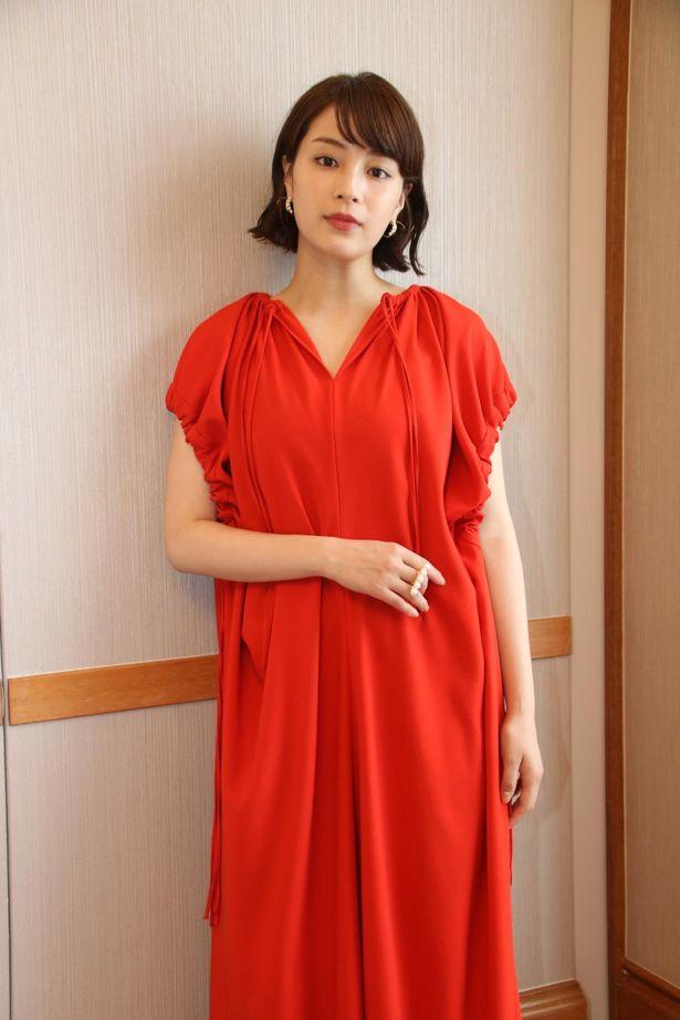 【写真を見る】広瀬すず、赤のロングドレスで魅了!金沢でのひと時を撮り下ろし