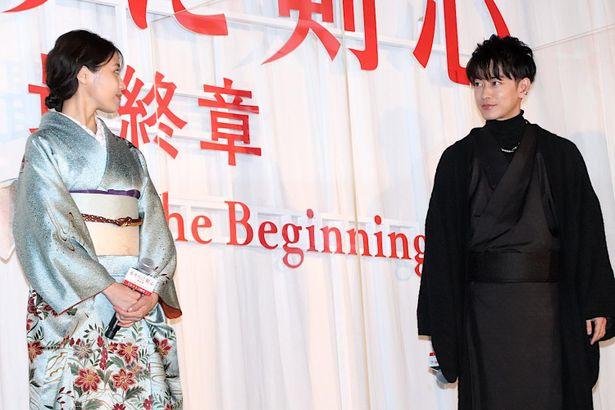 【写真を見る】着物姿の佐藤健&有村架純、見つめ合ってニッコリ!