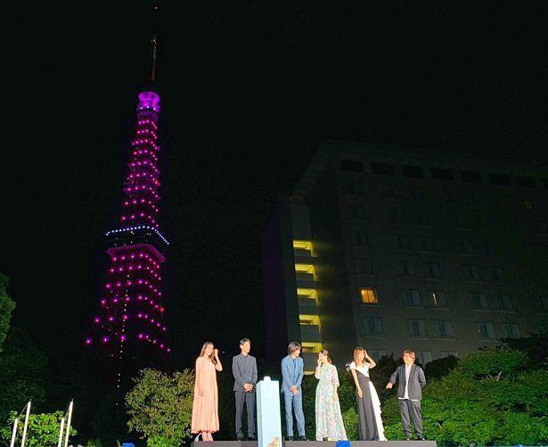 """ラブストーリーである作品にちなんで、東京タワーを""""ピンク色""""に点灯させた"""