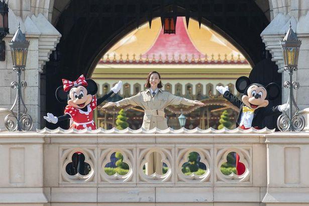 【写真を見る】シンデレラ城の前でミッキー&ミニーが祝福!ディズニー初のセレモニーは大盛況
