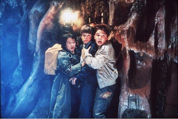 危険な地下洞窟を進むマイキーたち