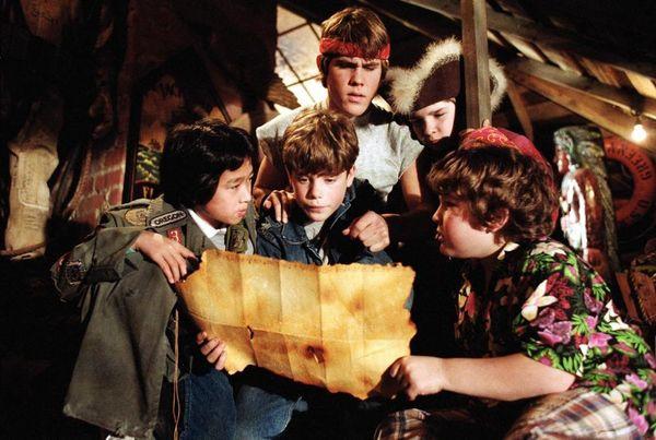 冒険映画の金字塔!『グーニーズ』より子役だったキャストたちのその後を追う