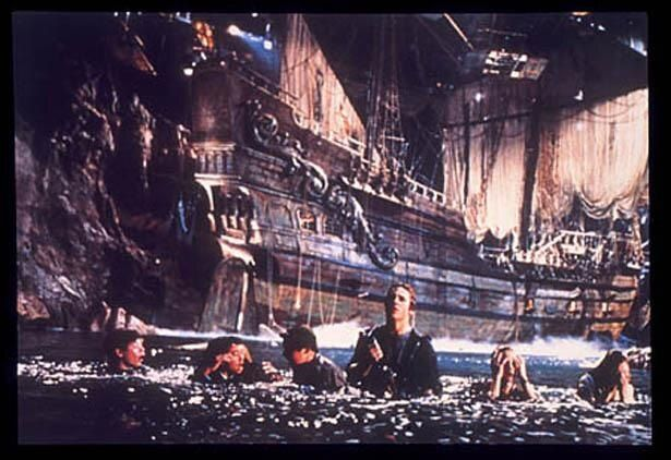 洞窟の中に巨大な海賊船が!