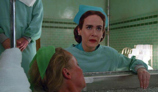 【写真を見る】『カッコーの巣の上で』に登場するヴィラン的な看護師長、ラチェッドの過去を演じるサラ・ポールソン