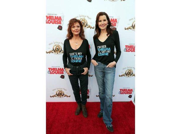 互いの熱愛ぶりを示すTシャツで登場のデイヴィス&サランドン