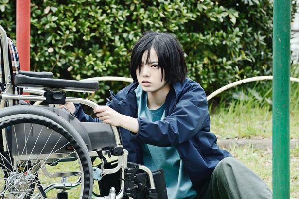 平手友梨奈演じる車椅子の少女ヒナコをファブルは救おうと奮闘していく